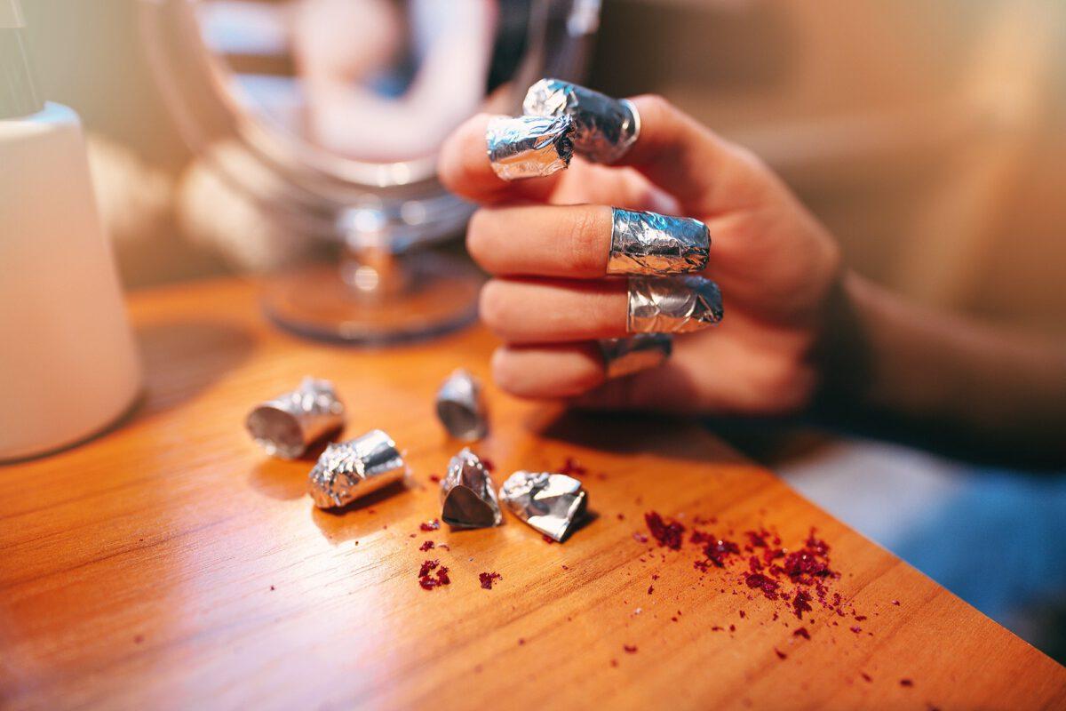 jak zmyć lakier do paznokci